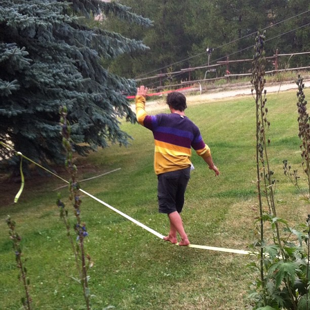 New garden game ! Slackline Marco just back from a successful summer with #freeskicamp