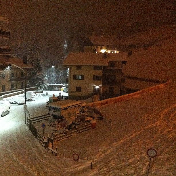 Midnight and its still snowing!!!#skisauze #sauzedoulx #hotelstellalpina
