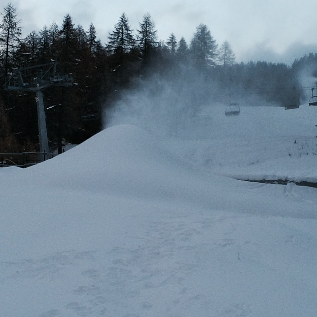 The mound is growing !!!thanks to the very cold weather the #snowcannons are working well !! #sauzedoulx