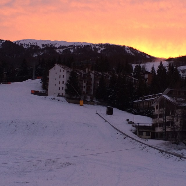 Red sky in the morning......,hoping for more snow #skisauze #stellalpinahotel