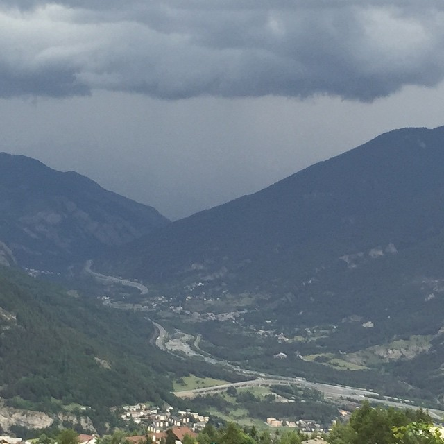 Storm brewing above the #altavallesusa #hotelstellalpina #sauzedoulx ..we could with a drop of rain
