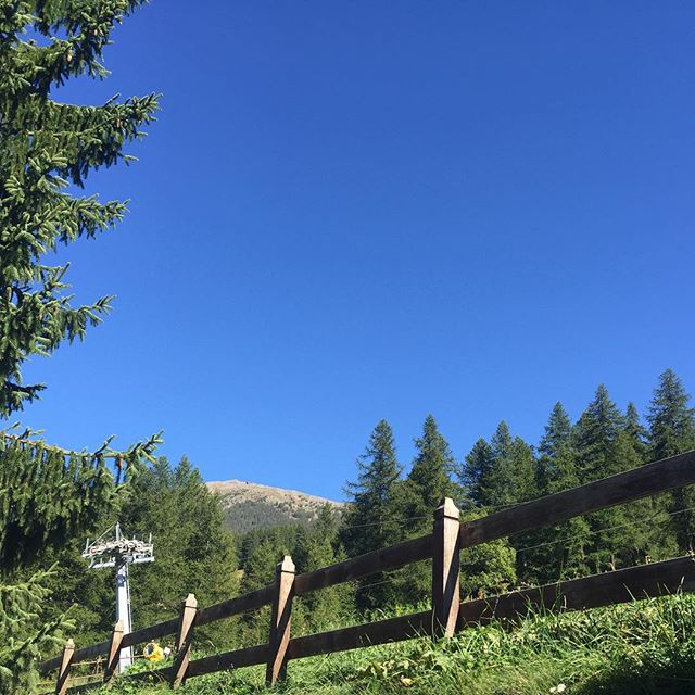 Hows that for a blue sky ( no photoshop). Beautiful afternoon in #sauzedoulx #altavallesusa #hotelstellalpina