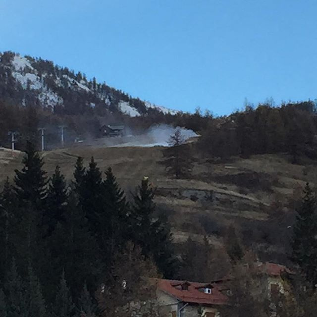 After weeks of unusually warm weather in #sauzedoulx , the temperature has dropped and the first snow cannons are on #hotelstellalpina